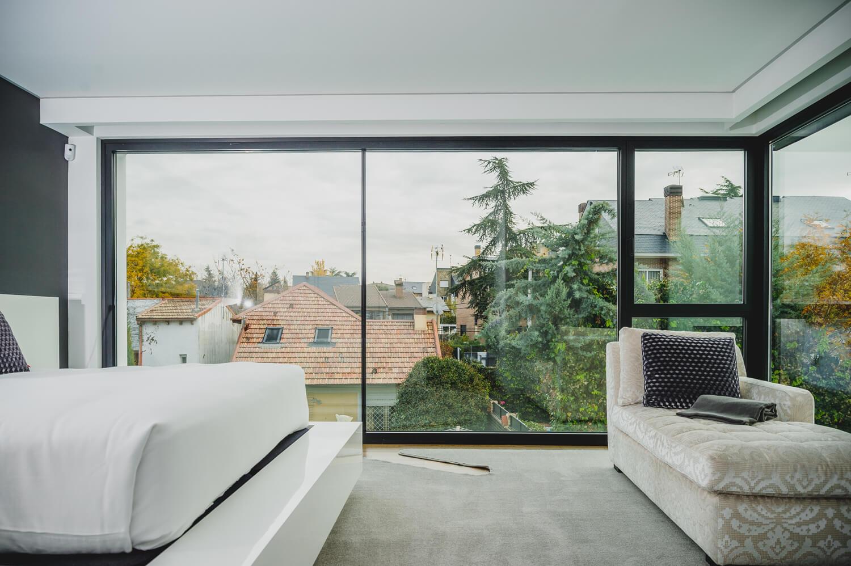 ventanal de aluminio en dormitorio
